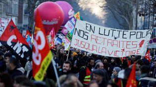 Des personnes manifestent contre la réforme des retraites, le 6 février 2020 à Paris. (THOMAS SAMSON / AFP)