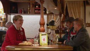 Faire des économies en allant au comptoir : c'est le concept du café-épargne, idéal pour les paniers percés. Exemple à Henriville, en Moselle. (FRANCE 2)