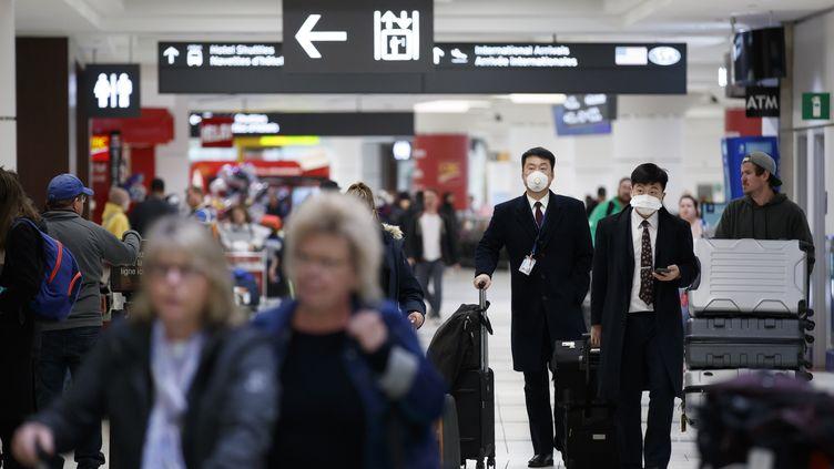 Des voyageurs dans un aéroport. (Illustration). (COLE BURSTON / AFP)