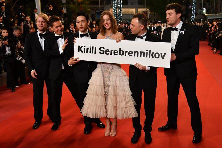 """L'équipe du film """"L'été"""" rend hommage à son réalisateur Kirill Serebrennikov, assigné à résidence en Russie  (Alberto PIZZOLI / AFP)"""