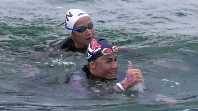 Lara Grangeon monte sur la deuxième marche du podium du 25 km eau libre des championnats d'Europe de natation à Budapest. Grâce à la médaille d'argent de la Néo-Calédonienne, la France compte désormais 5 médailles dans cette compétition, après le sacre européen d'Axel Reymond un peu plus tôt dans la journée.