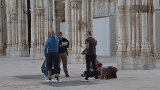 """5 artistes réunis pour créer en une journée un spectacle joué le soir-même. C'est le projet """"55"""". (CAPTURE D'ÉCRAN FRANCE 3)"""