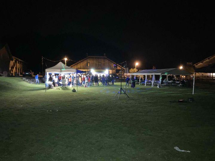La fête s'est prolongée tard dans la nuit au col de Romme, la veille du passage des coureurs. (AH)