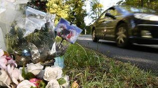 Des fleurs sont déposées le 18 octobre 2016 sur le lieu de l'accident qui a fait 43 morts à Puisseguin (Gironde). (GEORGES GOBET / AFP)