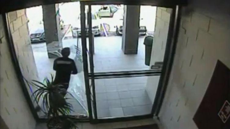 Un voleur à la tire percute une vitre dans un centre commercial de Perth dans le sud-ouest de l'Australie, le 30 mars 2013. (APTN / FRANCETV INFO)