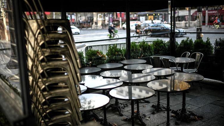 Illustration d'une terrasse d'un restaurant parisien fermé en raison du confinement. (STEPHANE DE SAKUTIN / AFP)