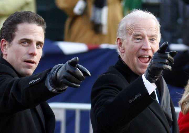 Hunter Biden et son père Joe Biden, le 20 janvier 2009 à Washington. (CARLOS BARRIA / REUTERS)