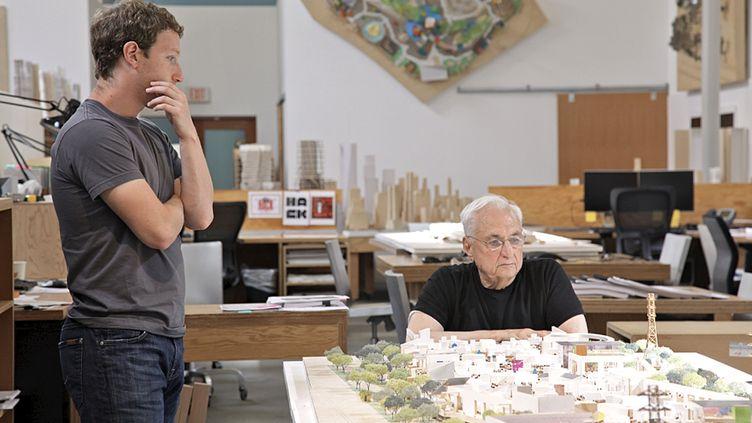 Le patron de Facebook Mark Zuckerberg et l'architecte Frank Gehry, devant la maquette d'un projet de campus, à Menlo Park (Californie), en 2013. (FACEBOOK / AFP)