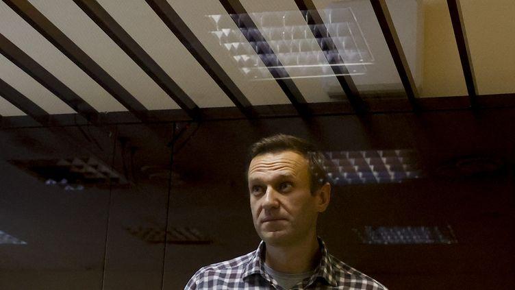Alexeï Navalny assiste à son procès à Moscou (Russie), le 20 février 2021. (SEFA KARACAN / ANADOLU AGENCY / AFP)