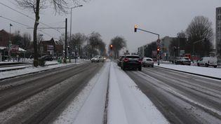 La neige tombe ce samedi 16 janvier à Lille et dans les communes voisines. Plusieurs centimètres de neige. (FRANCOIS CORTADE / RADIOFRANCE)