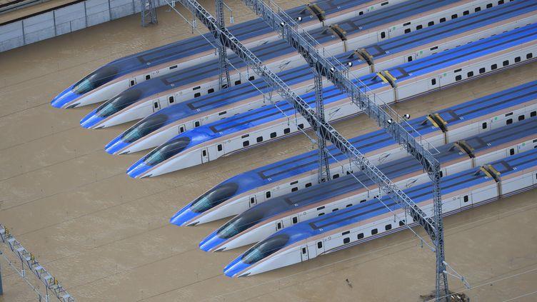 Des trains sous l'eau à Nagano, le 13 octobre. (ATSUSHI TAKETAZU / YOMIURI)