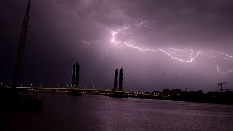 La foudre lors d'un orage à Bordeaux, le 18 juillet 2017. (NICOLAS TUCAT / AFP)