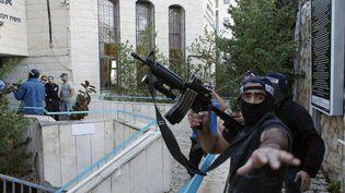 Des policiers israéliens autour de la synagogue attaquée à Jérusalem (Israël), mardi 18 novembre 2014. (RONEN ZVULUN / REUTERS)