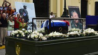 L'urne contenant les cendres du leader cubain Fidel Castro a été exposée au public àSanta Clara (Cuba), le 1er décembre 2016,lors de son périplede quatre jours à travers l'île.  (RONALDO SCHEMIDT / AFP)