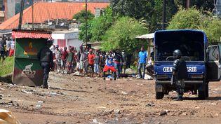 La police guinéenne fait face à des manifestants, le 14 octobre 2019 à Conakry, la capitale guinéenne. (CELLOU BINANI / AFP)
