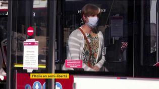 Les Italiens reprennent les transports avec un masque (FRANCEINFO)