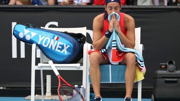 La Française Caroline Garcia après avoir perdu contre la Tunisienne Ons Jabeur lors du 2e tour de l'Open d'Australie, à Melbourne le 22 janvier 2020. (DAVID GRAY / AFP)