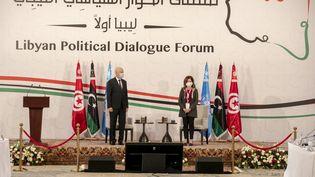 Le président tunisien Kaïs Saïed et la représentante de l'ONU pour la Libye Stephanie Williams ouvrent le Forum pour le dialogue politique en Libye, le 9 novembre 2020 à Tunis. (YASSINE GAIDI / ANADOLU AGENCY)