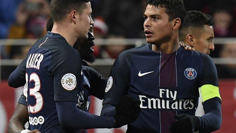 Julian Draxler (à gauche) et Thiago Silva (à droite) sont forfaits pour le déplacement du PSG à Angers pour le compte de la 33e journée de Ligue 1. (PHILIPPE DESMAZES / AFP)