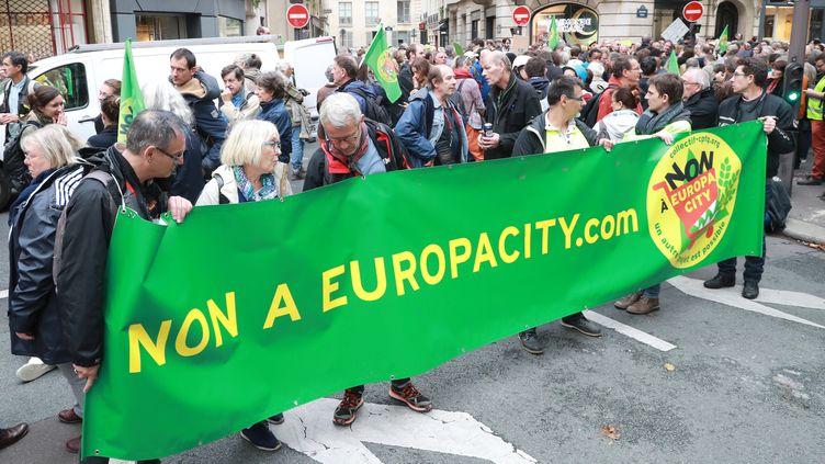Des opposants à Europacity arrivent à Matignon à Paris, le 5 octobre 2019. (JACQUES DEMARTHON / AFP)