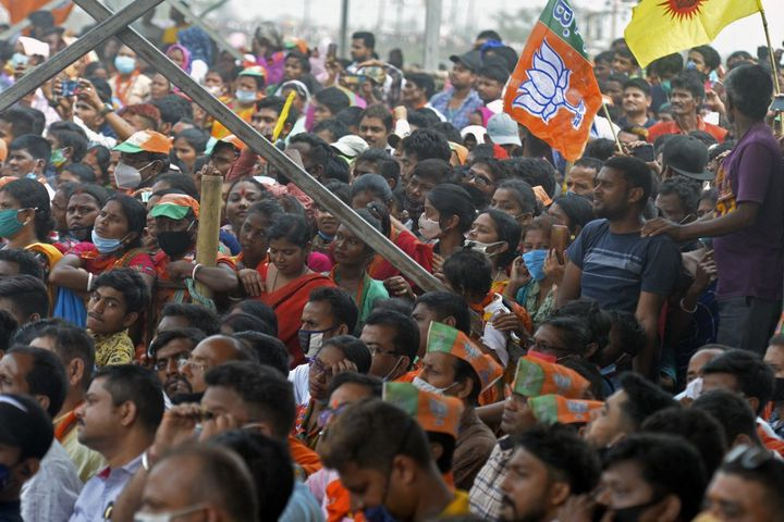 Des partisans duBharatiya Janata Party lors d'un meeting du Premier ministre, Narendra Modi, pour les élections régionales au Bengale-Occidental, àSiliguri, le 10 avril 2021. (DIPTENDU DUTTA / AFP)