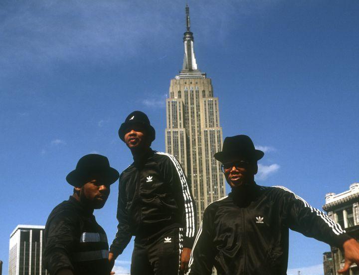 Joseph Simmons, Darryl McDaniels et Jam Master Jay, du groupe de hip-hop Run-DMC, posent avec des survêtements Adidas à New York, en mai 1985. (MICHAEL OCHS ARCHIVES / GETTY IMAGES)