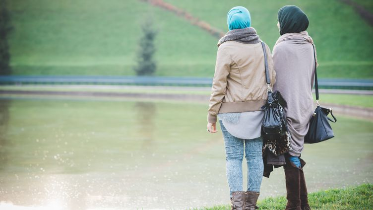 """""""Pour moi, le voile est une pratique cultuelle, comme la prière ou le jeûne, et non un simple signe religieux, encore moins un signe de revendication"""", indique une des musulmanes interrogées par franceinfo. (EUGENIO MARONGIU / CULTURA RF)"""
