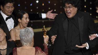 Le réalisateur coréen au 92 Oscars avec sa statuette de Meilleur réalisateur (février 2020). (CHRIS PIZZELLO/AP/SIPA / SIPA)
