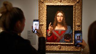 """Un exemple de """"Salvator Mundi"""" de l'école de Leonard de Vinci, exposée dans le cadre de l'exposition du musée du Louvre (Paris, France) sur le génie de la Renaissance, en octobre 2019. (FRANCOIS GUILLOT / AFP)"""