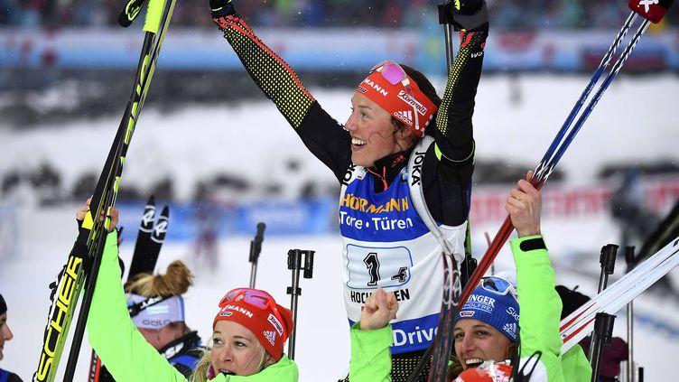 Laura Dahlmeier et le relais allemand peut exulter à l'arrivée du 4 x 6km.  (FRANCK FIFE / AFP)