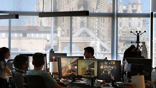 Les employés d'une entreprise française de jeux vidéo à Barcelone, en septembre 2017. (Photo d'illustration) (LLUIS GENE / AFP)