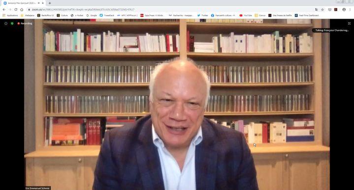 Eric-Emmanuel Schmitt félicite Hervé Le Tellier sur la plateforme Zoom. (Manon Botticelli / Franceinfo Culture)