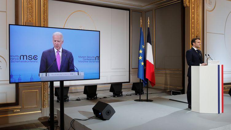 Les présidents américain et français Joe Biden et Emmanuel Macron lors d'une visioconférence, à l'Elysée à Paris (France) le 19 février 2021 (BENOIT TESSIER / POOL / REUTERS POOL)