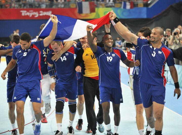 L'équipe de France emmenée par Didier Dinart (à droite) célèbre sa victoire en finale des Jeux olympiques de Pékin, le 24 août 2008. (PHILIPPE HUGUEN / AFP)