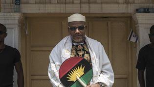 Nnamdi Kanu, le leader du mouvement indépendantiste biafrais IPOB, photographié devant chez lui à Umuahia, au Nigeria, le 26 mai 2017. (STEFAN HEUNIS / AFP)