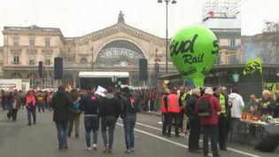 Des cheminots manifestent contre les réformes du gouvernement, devant la gare de l'Est, à Paris, le 22 mars 2018. (FRANCE 2)