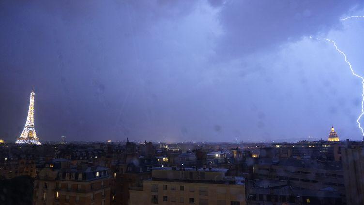 Un éclair frappe le ciel de Paris, le 10 juin 2014. (ROMAIN PELLEN / CROWDSPARK/ AFP)