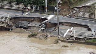 Une route s'est effondrée après les fortes pluies à Kurashiki, au Japon, le 8 juillet 2018. (KYODO / REUTERS)