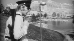 Un policier allemand devant le village des Jeux olympiques de 1972, à Munich. (INA / franceinfo: sport)