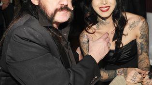 Lemmy Kilmister et la tatoueuseKat Von D, à Los Angeles (Etats-Unis), le 14 janvier 2012. (JOHN SHEARER / GETTY IMAGES NORTH AMERICA)