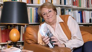 Geneviève Moll en 2004, chez elle, à la sortie de sa biographie consacrée à François Sagan  (BALTEL)