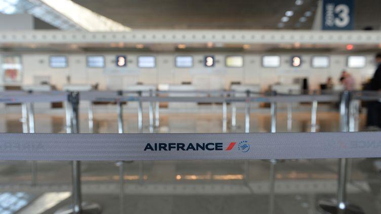 Un comptoir vide de la compagnie Air France à l'aéroport Roissy Charles-de-Gaulle, le 15 septembre 2014, au deuxième jour de grève de ses pilotes. (MUSTAFA YALCIN / ANADOLU AGENCY / AFP)