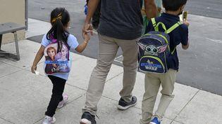 Des élèves entrent à l'école élémentaire Webster à Long Beach (USA), le mardi 31 août 2021. (MEDIANEWS GROUP/LONG BEACH PRESS / MEDIANEWS GROUP RM)