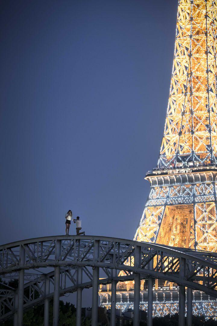 """""""The proposal"""", la photographie prise samedi 30 juin, sur la passerelle Debilly à Paris, par Aurore Alifanti. (Aurore Alifanti)"""