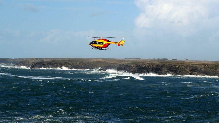 Un hélicoptère de la Sécurité civile au large de Belle-Ile-en-Mer (Morbihan), le 28 octobre 2013. (  MAXPPP)