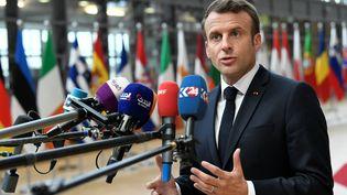 Emmanuel Macron s'exprime à son arrivée à un sommet européen, le 28 mai 2019, à Bruxelles (Belgique). (PIROSCHKA VAN DE WOUW / REUTERS)