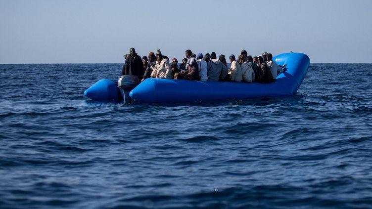 Des migrants tentent de traverser la Méditerranée au large de la Libye, le 19 janvier 2019. (FEDERICO SCOPPA / AFP)