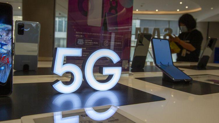 Un téléphone Samsung qui dispose de la 5G, le 6 juin 2019, à Shanghai (Chine). (LU LIANG / AFP)