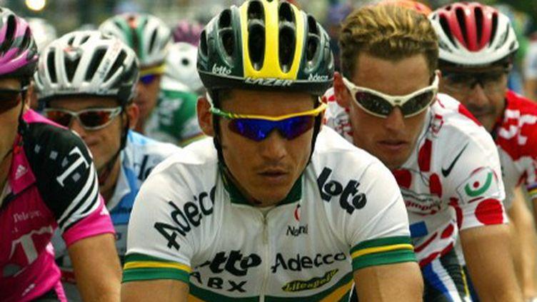 Depuis plusieurs années, les lunettes de soleil spécifiques se sont généralisées dans le peloton (JOEL SAGET / AFP)