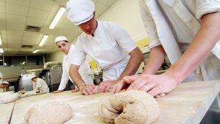 Des apprentis boulangers suivent leur formation, le 28 avril 2005 au centre de formation d'apprentis (CFA) de Caen. (MYCHELE DANIAU / AFP)